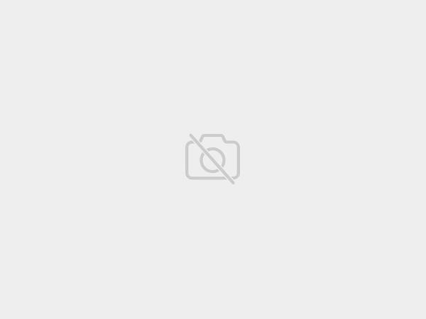 Bílý noční stolek s ozdobnými černobílými dvířky